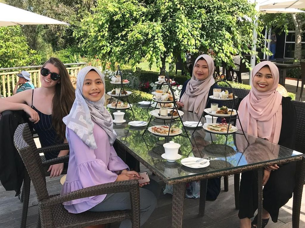 Mengintip Gaya Ngeteh Nurul Shamsul, Gadis Berhijab Pertama di Miss Universe New Zealand
