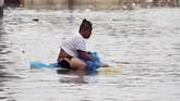 Saat air mulai naik, pemerintah menetapkan peringatan kedua dan warga yang tinggal di dekat sungai diminta evakuasi. (REUTERS/Erik De Castro)