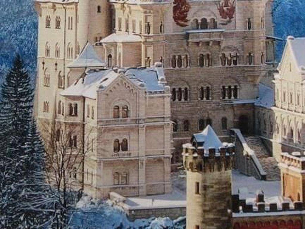 Istana Neuschwanstein merupakan sebuah puri kerajaan abad kesembilan belas yang menjadi inspirasi dalam proses pembuatan Istana Putri Tidur dari Disneyland. Istana kerajaan ini terletak di Jerman Selatan dan secara rutin dikunjungi oleh Retret Jerman selama bulan-bulan di musim panas sebagai simbol perlindungan dan perdamaian. Istimewa/Pinterest.