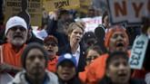Cynthia Nixon juga tak canggung berada di tengah aktivis yang memprotes hal-hal terkait ekonomi serta imigran di Wall Street, Manhattan. (Drew Angerer/Getty Images/AFP)