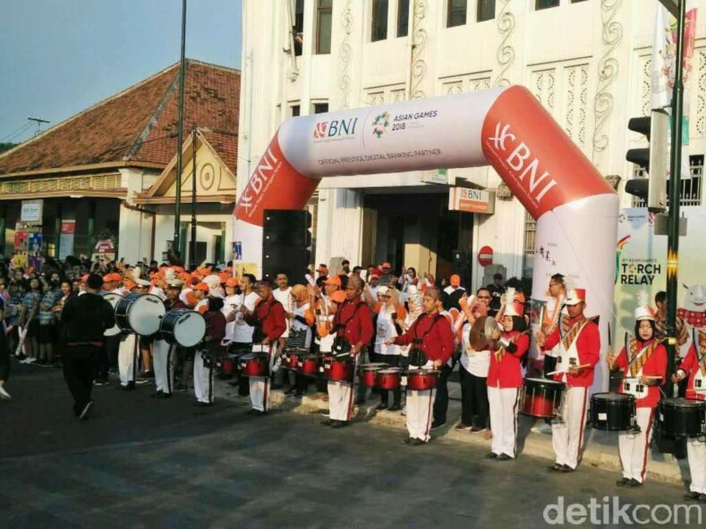 Marching band menyambut kedatangan obor Asian Games di depan kantor BNI Yogyakarta.