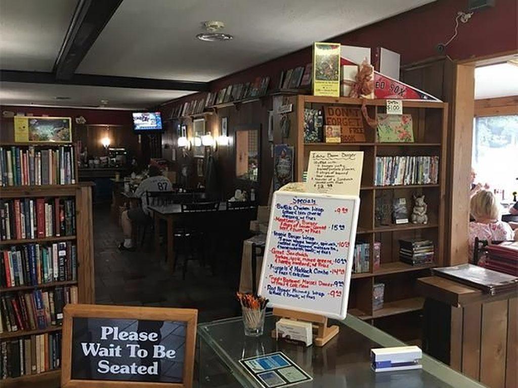 Pada 1993, restoran ini berganti pemilik. Si pemilik baru mempertahankan tradisi dengan tetap membagikan buku gratis kepada pengunjung. Boredpanda/Istimewa.