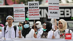 FOTO: Dokter-dokter Muda Tuntut Ijazah di Seberang Istana