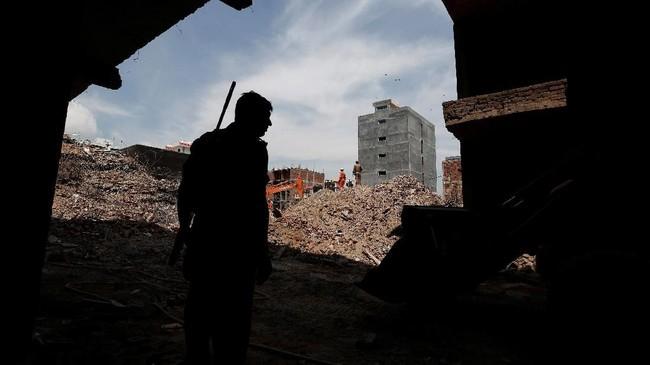 Bangunan ambruk kerap terjadi di India, terutama pada musim hujan mulai akhir Juni hingga September. (REUTERS/Adnan Abidi)