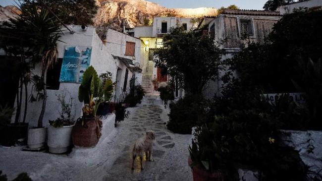 Menyusuri gang-gang sempit di Anafiotika adalah salah satu atraksi wisata yang harus dilakukan di Akropolis.