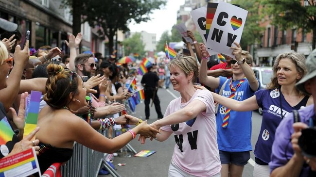 Cynthia Nixon juga turun ke jalan bersama para pendukung LGBT dalam acara tahunan Pride Parade. (REUTERS/Joe Penney)