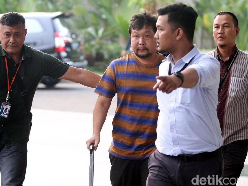 Effendy alias Asiong tiba di Gedung KPK dengan menggunakan pakaian santai bermotif garis biru-oranye dan menyeret sebuah koper. Ia langsung diarahkan untuk masuk ke lobi KPK.