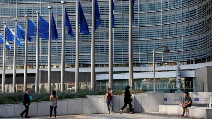 People are pictured outside the European Commission headquarters in Brussels, Belgium June 14, 2017Photo by Francois Lenoir/Reuters