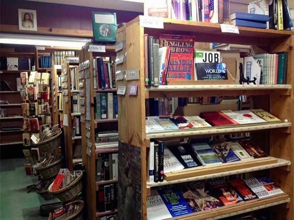 Ada sekitar 9.000 buku yang tersedia dalam rak buku di restoran ini. Tinggal pilih saja. Boredpanda/Istimewa.