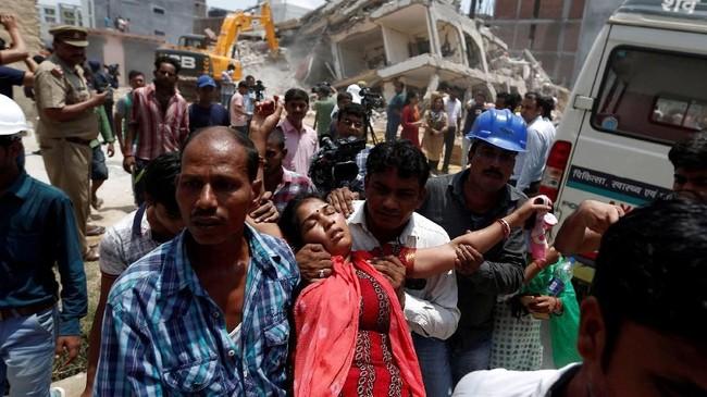 Akibatnya puluhan keluarga, termasuk para buruh dan keluarga terjebak di bawah puing-puing. (REUTERS/Adnan Abidi)