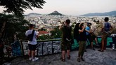 Anakmuda dan pelaku bisnis pariwisata di Yunani memiliki kemampuan bahasa Inggris yang cukup baik, hal ini cukup membantu wisatawan dari berbagai negara.