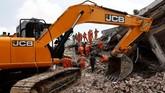 Perusahaan-perusahaan konstruksi kerap mengurangi biaya pembangunan dengan menggunakan bahan-bahan murah. (REUTERS/Adnan Abidi)