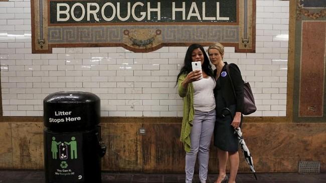 Ia dikerubungi penggemar. Beberapa dari mereka meminta berfoto bersama saat tak sengaja bertemu di stasiun kereta bawah tanah Borough Hall, Brooklyn, New York. (REUTERS/Joe Penney)