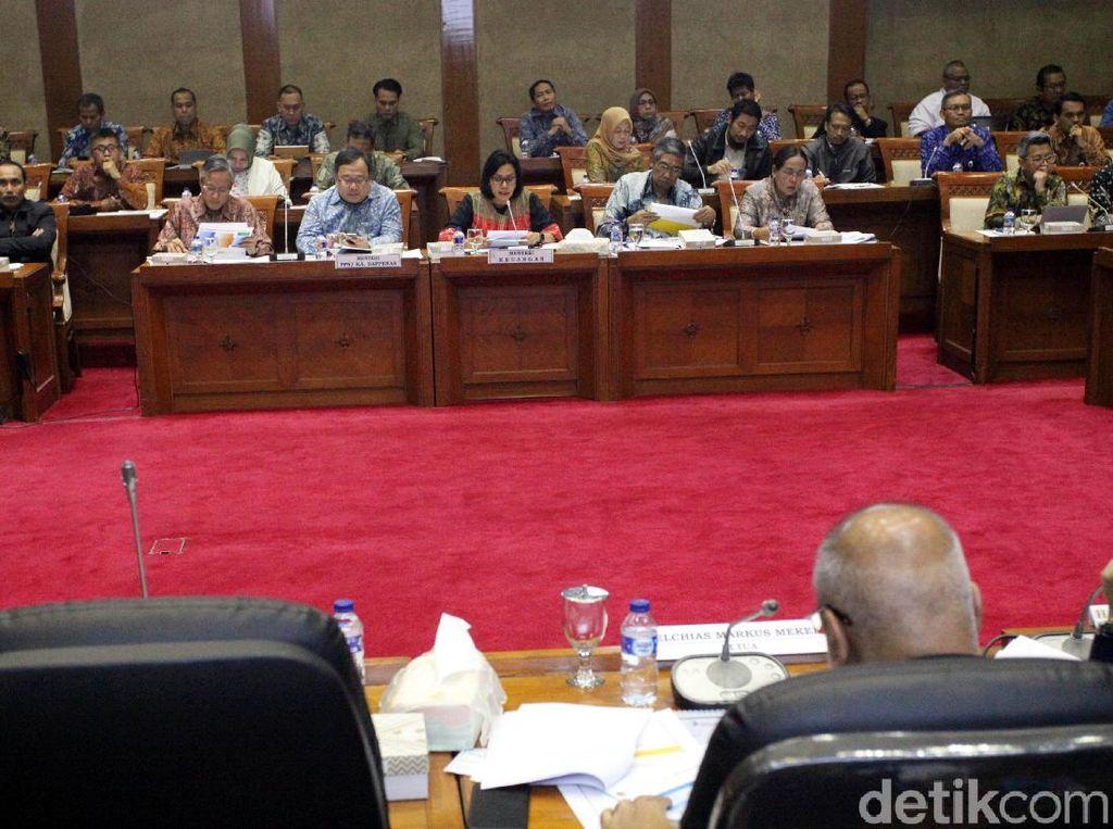 Rapat kerja dilaksanakan di ruang rapat Komisi XI DPR RI, Jakarta, Kamis (19/7/2018).