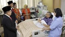 Jenguk ke RSPAD, Jokowi Doakan SBY Cepat Sembuh