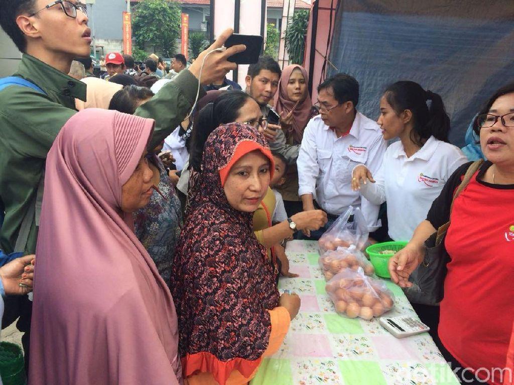 Ibu-ibu Antre Beli Telur Murah Rp 19.500/Kg, Borong Nih Bu