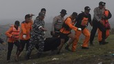 Sejauh ini,sebanyak 22 nelayan menjadi korban dalam kejadian tersebut, 12 diantaranya selamat dan 8 nelayan tewas serta dua orang masih dalam pencarian. (ANTARA FOTO/Zabur Karuru)