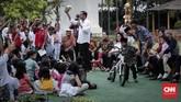 Bukan hanya sepeda, Presiden Joko Widodo pun memberikan boneka maskot Asian Games 2018. Indonesia akan menjadi tuan rumah Asian Games bulan depan di mana pertandingan-pertandingan akan digelar di Jakarta dan Palembang. (CNNIndonesia/Safir Makki)