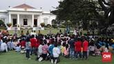 Presiden Joko Widodo didampingi istri Iriana Widodo serta tokoh industri kreatif berkumpul bersama ratusan anak-anak di Halaman Istana Merdeka, Jakarta, Jumat, 20 Juli 2018. (CNNIndonesia/Safir Makki)