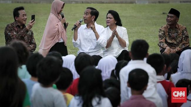 Kepala Bekraf Triawan Munaf pun tampak hadir menikmati kebersamaan Presiden Jokowi dan istri bersama anak-anak di halaman Istana Merdeka, Jakarta Pusat. (CNNIndonesia/Safir Makki)