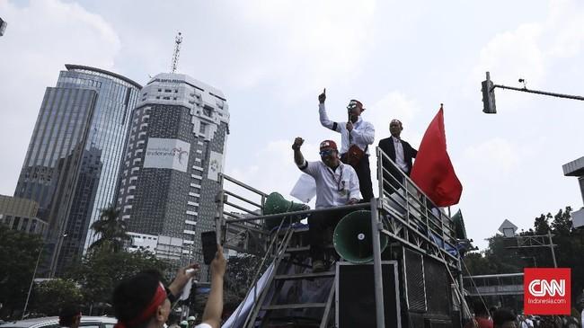 Ribuat masa yang tergabung di Federasi Serikat Pekerja Pertamina Bersatu (FSPPB), melakukan aksi demo di tiga titik yaitu kantor Pusat Pertamina, Kementerian BUMN dan Kementerian ESDM Jakarta (20/7). Mereka menyuarakan sejumlah tuntutan diantaranya, meminta Menteri BUMN Rini Soemarno mundur dari jabatannya. (CNN Indonesia/ Hesti Rika)