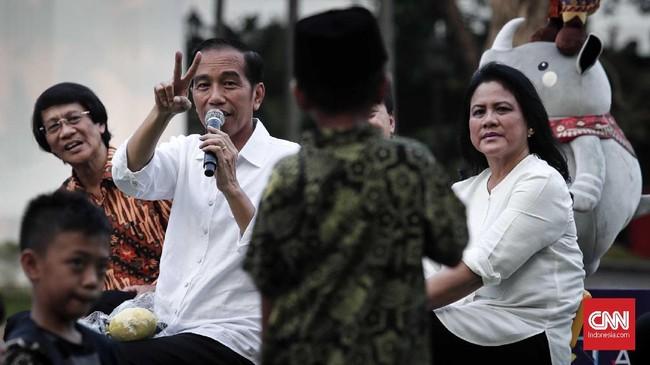 Seperti dalam kunjungan kerjanya ke sejumlah daerah, kepada anak-anak yang berkumpul di Istana Merdeka, Presiden Jokowi pun membagikan sepeda(CNNIndonesia/Safir Makki)
