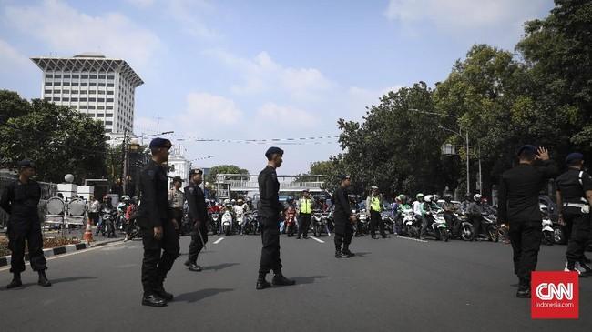 Polda Metro Jaya mengerahkan 5 ribu personel untuk mengamankan unjuk rasa ribuan pekerja PT Pertamina yang tergabung dalam Federasi Serikat Pekerja Pertamina (FSPPB).(CNN Indonesia/ Hesti Rika)
