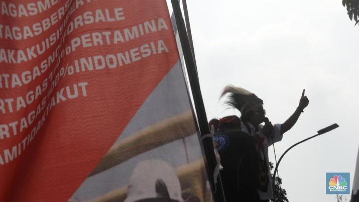 Dengan pakaian adat khas Papua mereka melakukan long march dan berorasi di depan Gedung kementerian BUMN.