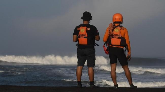 Anggota Basarnas bersiap melakukan pencarian korban di sekitar lokasi tenggelamnya perahu nelayan di perairan Plawangan Puger, Jember, Jawa Timur, Jumat (20/7). (ANTARA FOTO/Zabur Karuru)