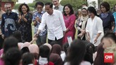 Kepada anak-anak, Presiden RI Jokowi berpesan agar mereka mendengarkan dan hafal lagu anak-anak populer asli Indonesia saat ini, bukan lagu-lagu yang diciptakan untuk orang dewasa. (CNNIndonesia/Safir Makki)