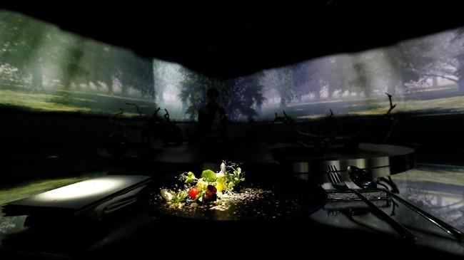Restoran milik Ryotari Muramatsu ini memang dikenal dengan teknologi VR, projection mapping, tata cahaya, dan tata artistik tersendiri di setiap lantainya.(REUTERS/Kim Kyung-Hoon)