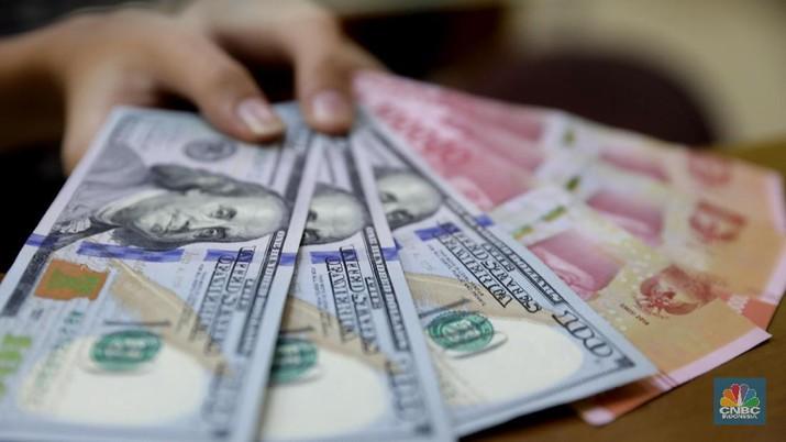 Warga melintas di depan toko penukaran uang di Kawasan Blok M, Jakarta, Jumat (20/7). di tempat penukaran uang ini dollar ditransaksikan di Rp 14.550. Rupiah melemah 0,31% dibandingkan penutupan perdagangan kemarin. Nilai tukar rupiah terhadap dolar Amerika Serikat (AS) semakin melemah. (CNBC Indonesia/Muhammad Sabki)