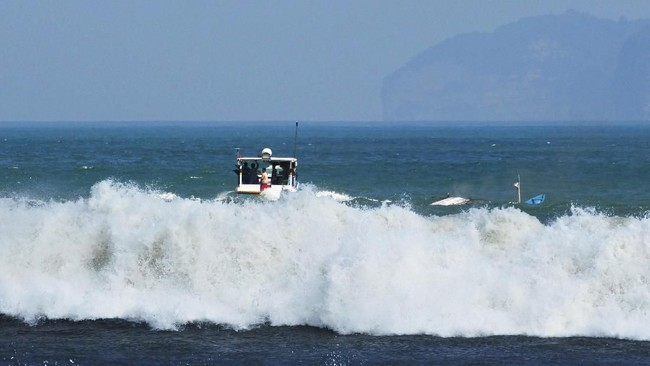Dua perahu nelayan tetap nekat melaut di perairan Plawangan Puger, Jember, Jawa Timur, Kamis (19/7). Sejumlah nelayandi sana tetap nekat melaut meski gelombang laut selatan mencapai 2,50 meter dan sebelumnya terjadi kecelakaan laut di Puger yang menewaskan lima orang. (ANTARA FOTO/Seno)