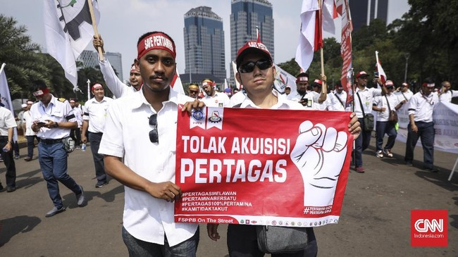 Demo ribuan pekerja PT Pertamina itu memicu kemacetan di sepanjang jalan Medan Merdeka Selatan, dari mulai kantor Kedutaan Besar Amerika Serikat hingga ke dekat Gedung Antara, Jakarta Pusat. (CNN Indonesia/ Hesti Rika)