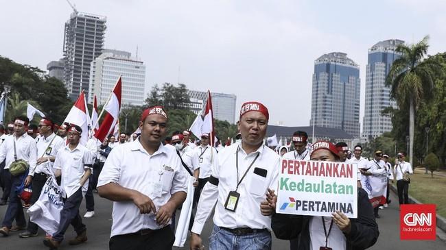 Mereka menuntut Menteri BUMN Rini Soemarno dicopot dari jabatannya karena dianggap tak mampu bekerja dan mempertahankan perusahaan BUMN untuk menyejahterakan rakyatnya sendiri. (CNN Indonesia/ Hesti Rika)