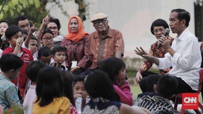 Kepada anak-anak tersebut, Presiden Jokowi bercerita bahwa di masa kecil dirinya pun memiliki penyanyi cilik idola di antarnya Chicha Koeswoyo dan Ira Maya Sopha.(CNNIndonesia/Safir Makki)