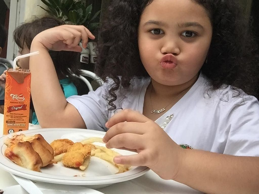 Gemas! Gaya Makan Si Keriting Amora Putri Krisdayanti dan Raul Lemos