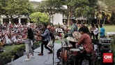 Presiden Joko Widodo bersama anak-anak itu merayakan kebersamaan mereka di Istana dengan bermain, berdendang bersama.(CNNIndonesia/Safir Makki)