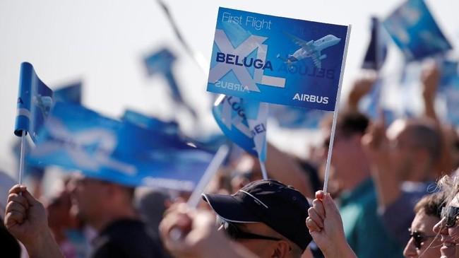 Pegawai Airbus dan masyarakat memenuhi bandara di Colomiers Prancis, guna menyaksikan uji terbang Beluga XL. (REUTERS/Regis Duvignau).