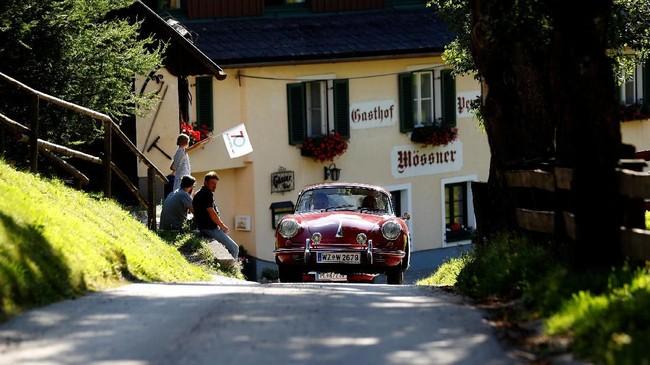 Mobil ini akan menjelah sekitar 450 kilometer selama dua hari mengemudi dengan melintasi pemandangan pegunungan yang indah. (REUTERS/Leonhard Foeger) berakhir di kota Groebming.