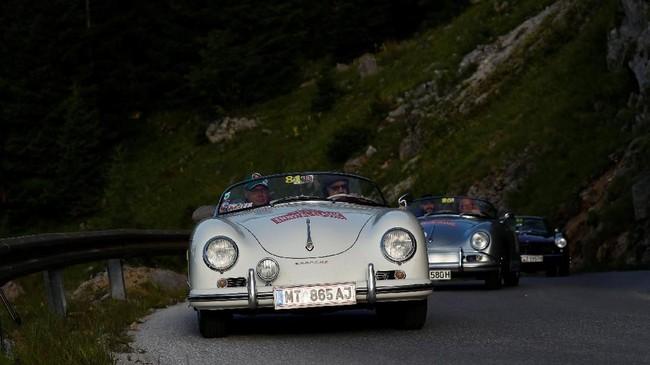 Rasa kembali ke masa '50 tahun lalu' dalam pameran ini sangat kental dengan terbatasnya usia mobil yang ikut serta. (REUTERS/Leonhard Foeger)