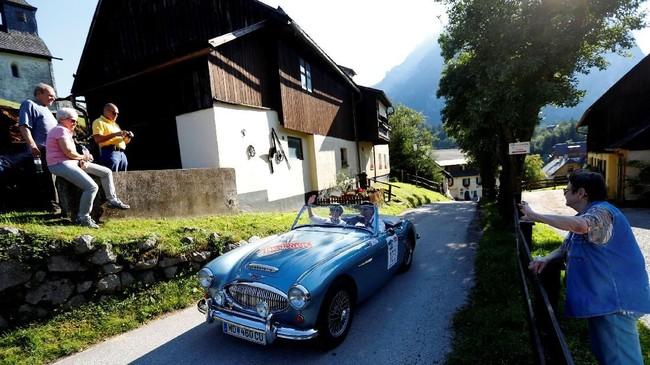 Reli mobil klasik ini akan berujung di garis akhir di kota Groebming. (REUTERS/Leonhard Foeger)