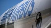 Corak badan Airbus Beluga XL yang menyerupai ikan Paus Beluga adalah hasil pilihan jajak pendapat 20 ribu masyarakat digelar perusahaan itu melalui Internet. (REUTERS/Regis Duvignau).