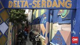 Warga Kampung Delta meluapkan antusiasme menyambut Asian Games dengan cara mengecat rumah dan jalan trotoar di lokasi tempat tinggal mereka. (CNN Indonesia/ Hesti Rika)
