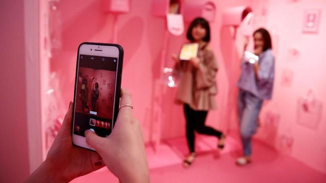 Jika ingin berfoto bersama karya seni, coba kunjungi Vinyl Museum di Jepang. (REUTERS/Kim Kyung-Hoon)