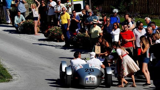Reli mobil klasik ini memiliki ribuan penonton yang setia mengikuti perjalanan reli. (REUTERS/Leonhard Foeger)