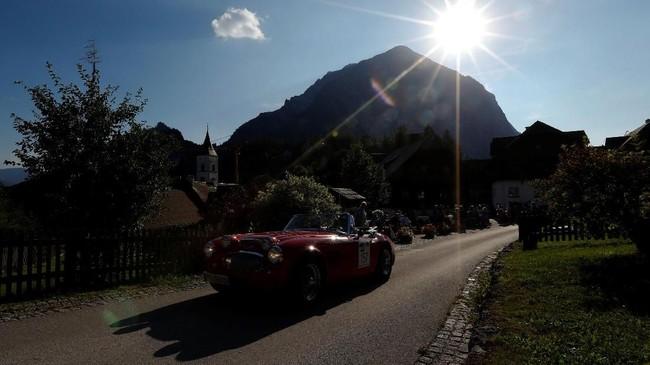 Salah satu peserta reli Ennstal Classic yang melewati pedesaan Puergg, Austria. (REUTERS/Leonhard Foeger)