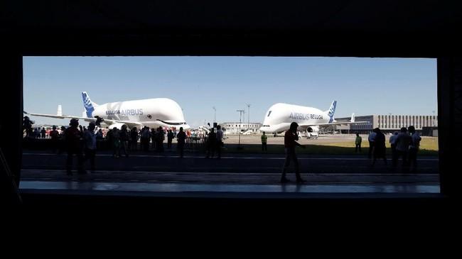 Airbus Beluga XL (kiri) diparkir di sebelah sang 'kakak', Airbus Beluga ST (kanan). Pesawat berbadan jumbo itu diuji terbang di Colomiers, dekat Kota Toulouse, Prancis, pada Jumat (19/7) kemarin. (REUTERS/Regis Duvignau).