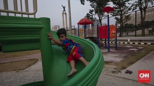 Meski belum diresmikan, masyarakat boleh menggunakan fasilitas umum itu untuk berolahraga maupun berjalan santai di sekitar taman. (CNN Indonesia/Adhi Wicaksono)
