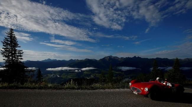 Lebih dari 200 pengendara mobil klasik telah dibawa ke jalan gunung dari Styria, Austria selatan, untuk balapan tahunan Ennstal-Classic. (REUTERS/Leonhard Foeger)